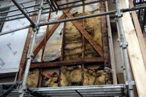 雨漏り・雨染みが原因の断熱材の湿気とカビ