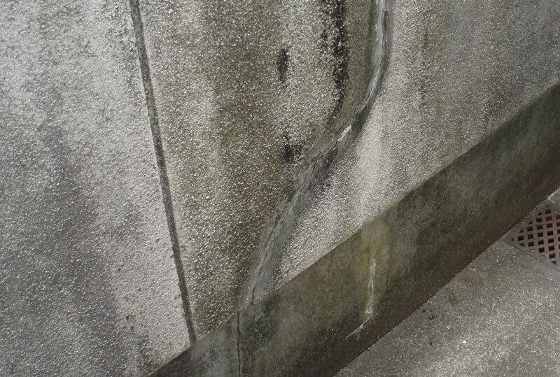 排気ガスで汚れた外壁