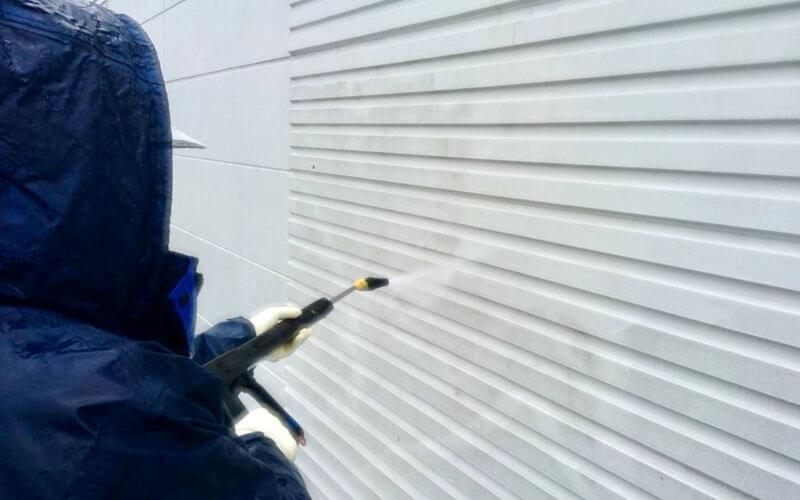 外壁の汚れは高圧洗浄機で落としてみる