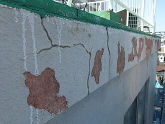 塩害によって剥がれた外壁