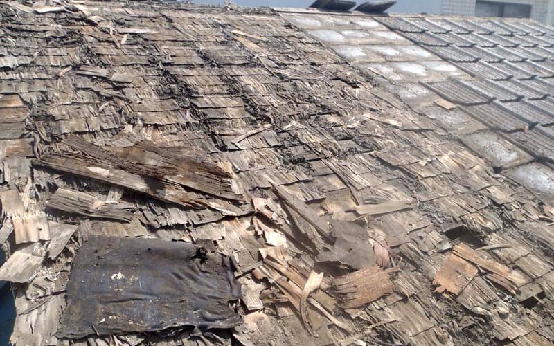 コロニアル屋根のアスベスト撤去作業